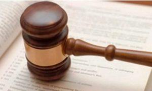съдебно чукче върху документи