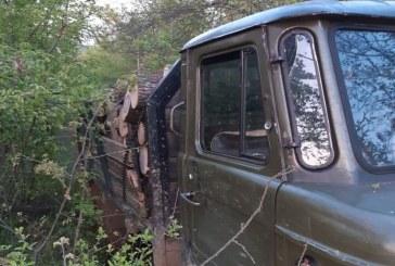 Служители от РДГ Ловеч заловиха нарушител, транспортиращ незаконна дървесина